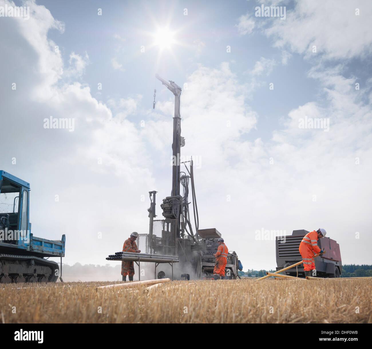 Arbeiter und Bohren Rig für Kohle im Bereich erkunden Stockbild