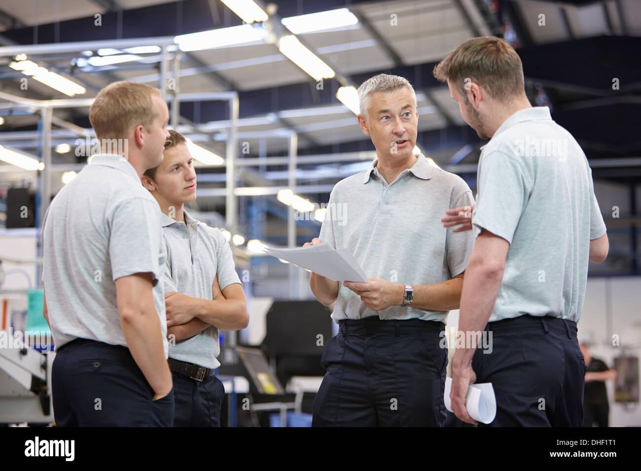 Arbeitnehmer in engineering Fabrik treffen Stockbild