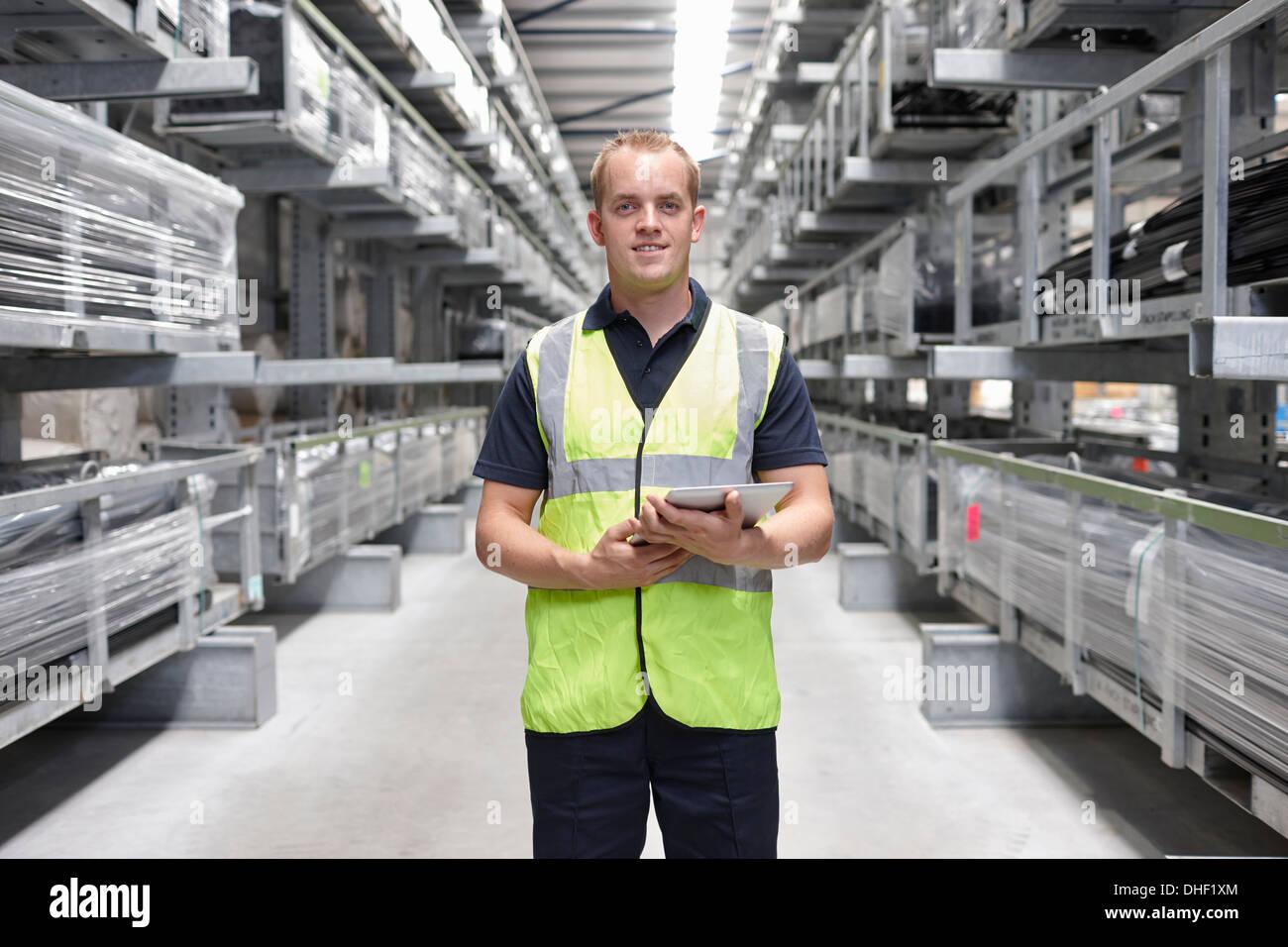 Porträt des Arbeiters in engineering Lager Stockbild