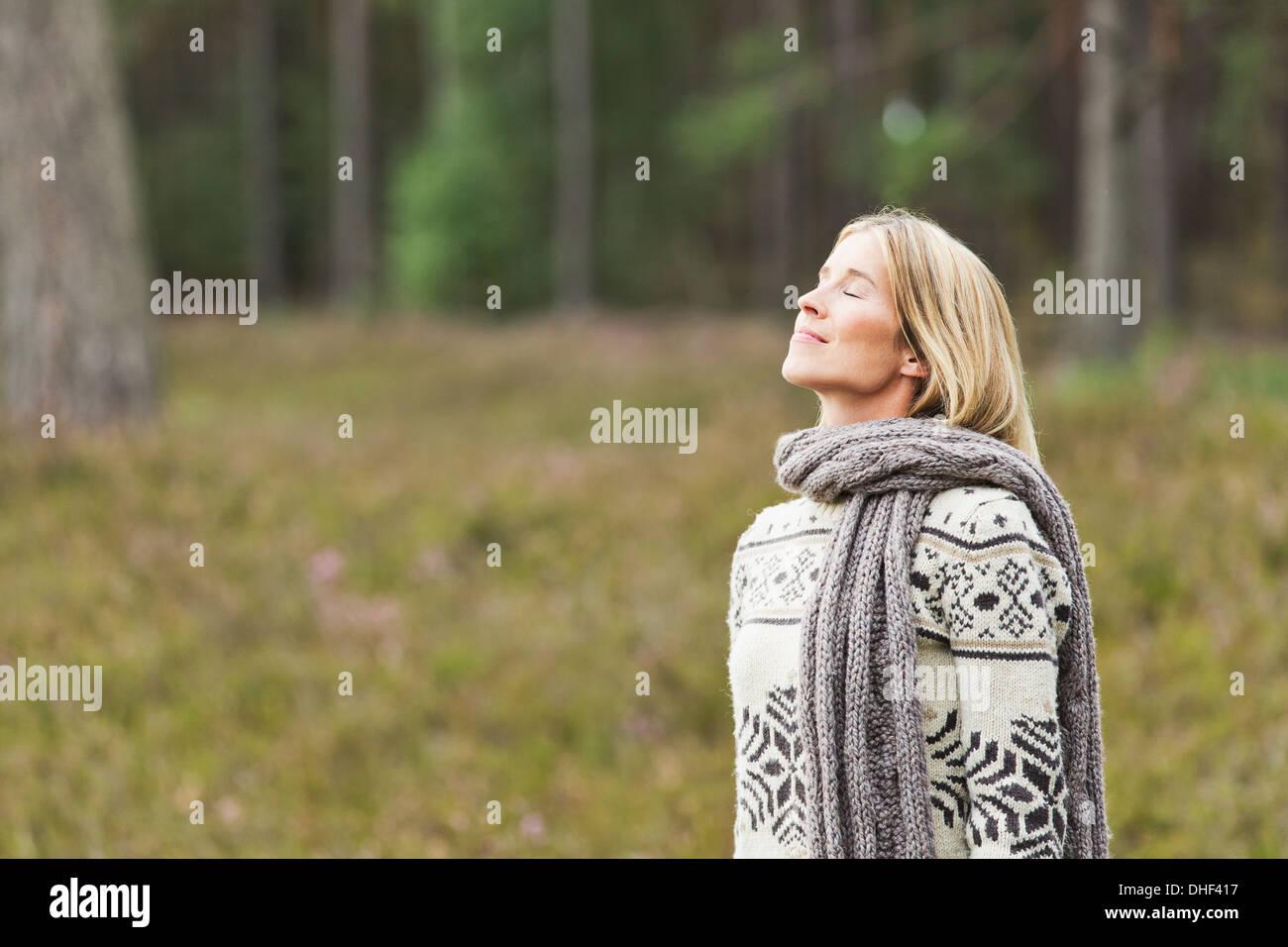 Mitte Erwachsene Frau geschlossen mit Pullover mit Augen Stockbild