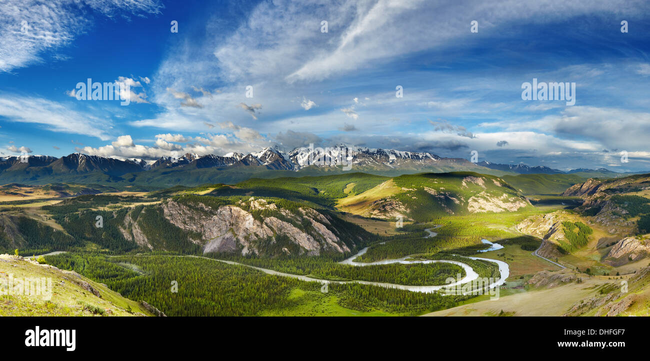 Berglandschaft mit Fluss und schneebedeckten Gipfeln Stockbild
