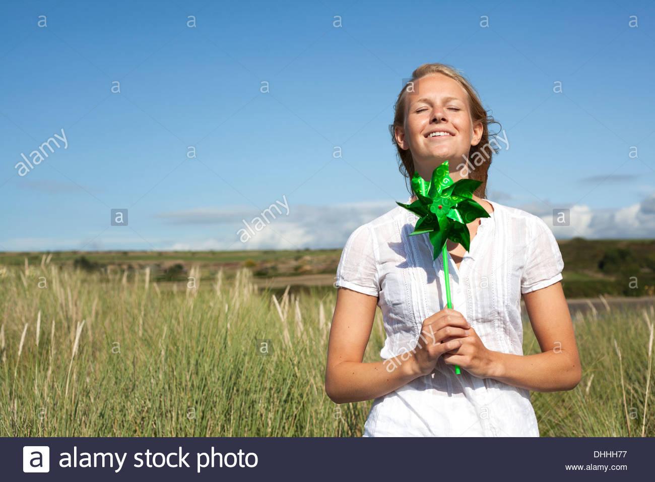 Frau mit Pin Rad mit geschlossenen Augen, Wales, UK Stockbild