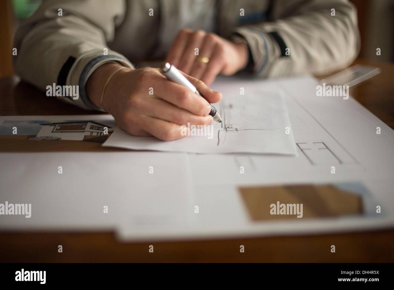 Mittleren Bereich der Mann tut technische Zeichnung Stockbild