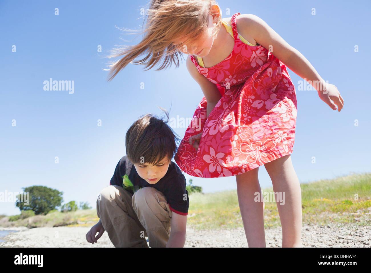 Jungen und Mädchen blickte auf etwas Stockbild