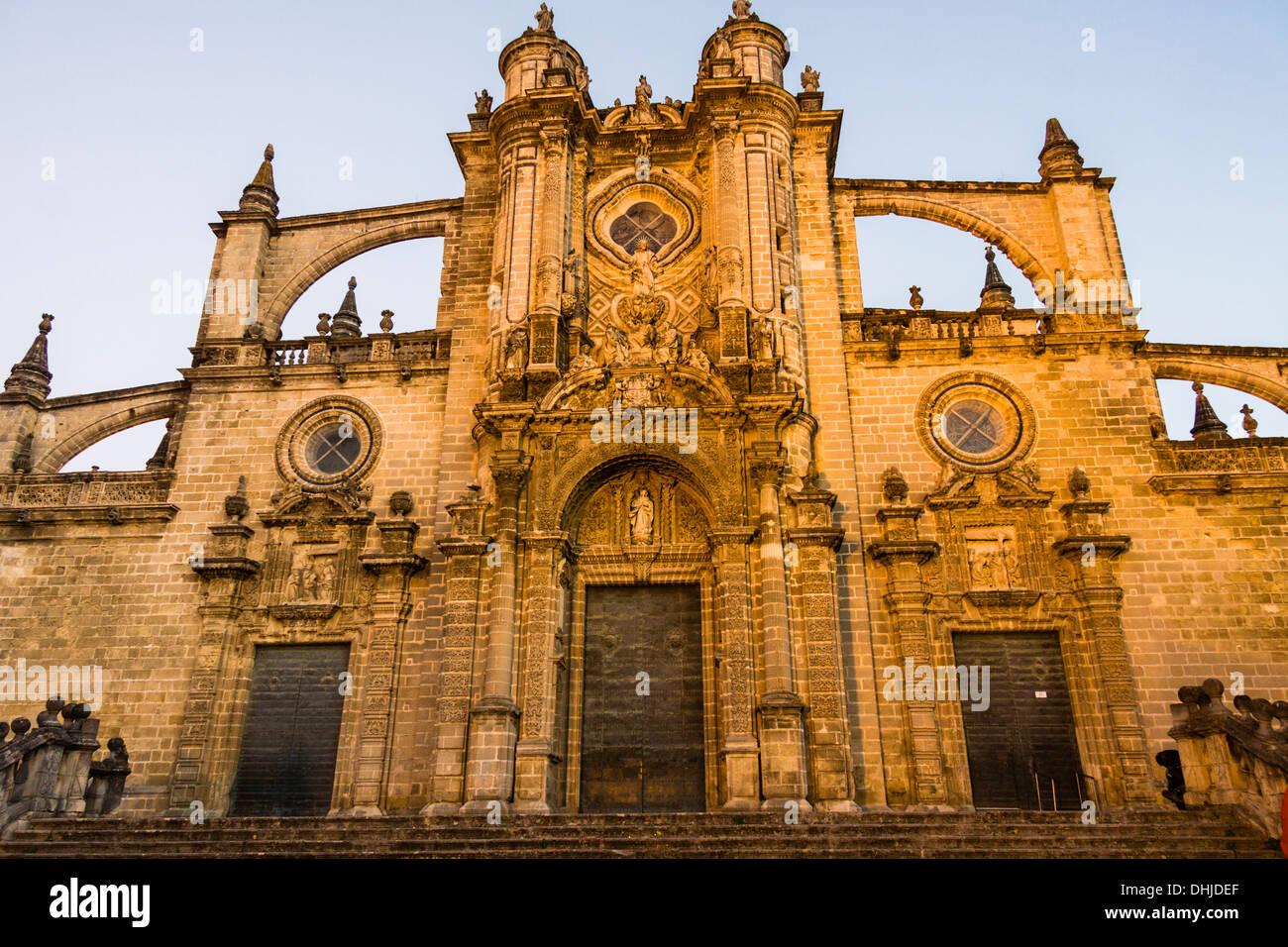 Kathedrale von San Salvador mit Flutlicht in der Abenddämmerung. Jerez De La Frontera, Andalusien, Spanien Stockbild