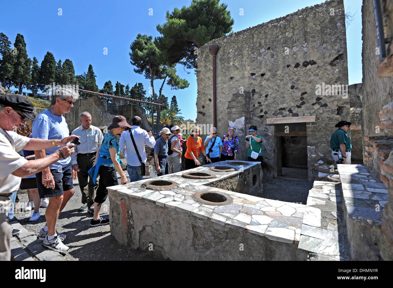 Touristen auf der Suche rund um die Grande Taberna, entgegnet ein römischer antike Pub mit Marmor Verkauf Speisen Stockbild