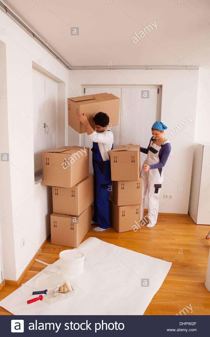 junges Paar neue Heimat Auspacken beweglichen in Kisten Stockbild