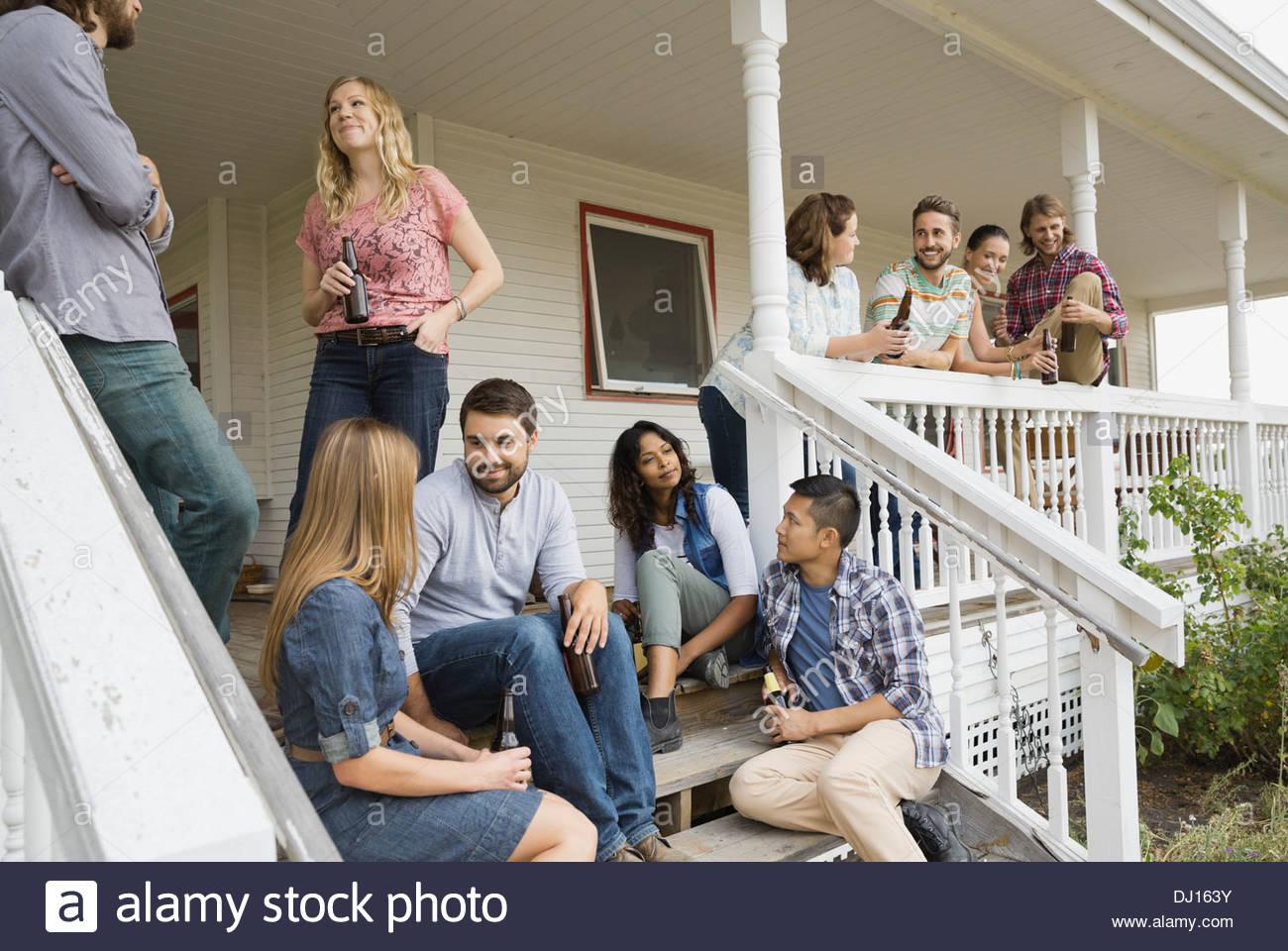 Multiethnische Freunde Party auf der Veranda genießen Stockbild