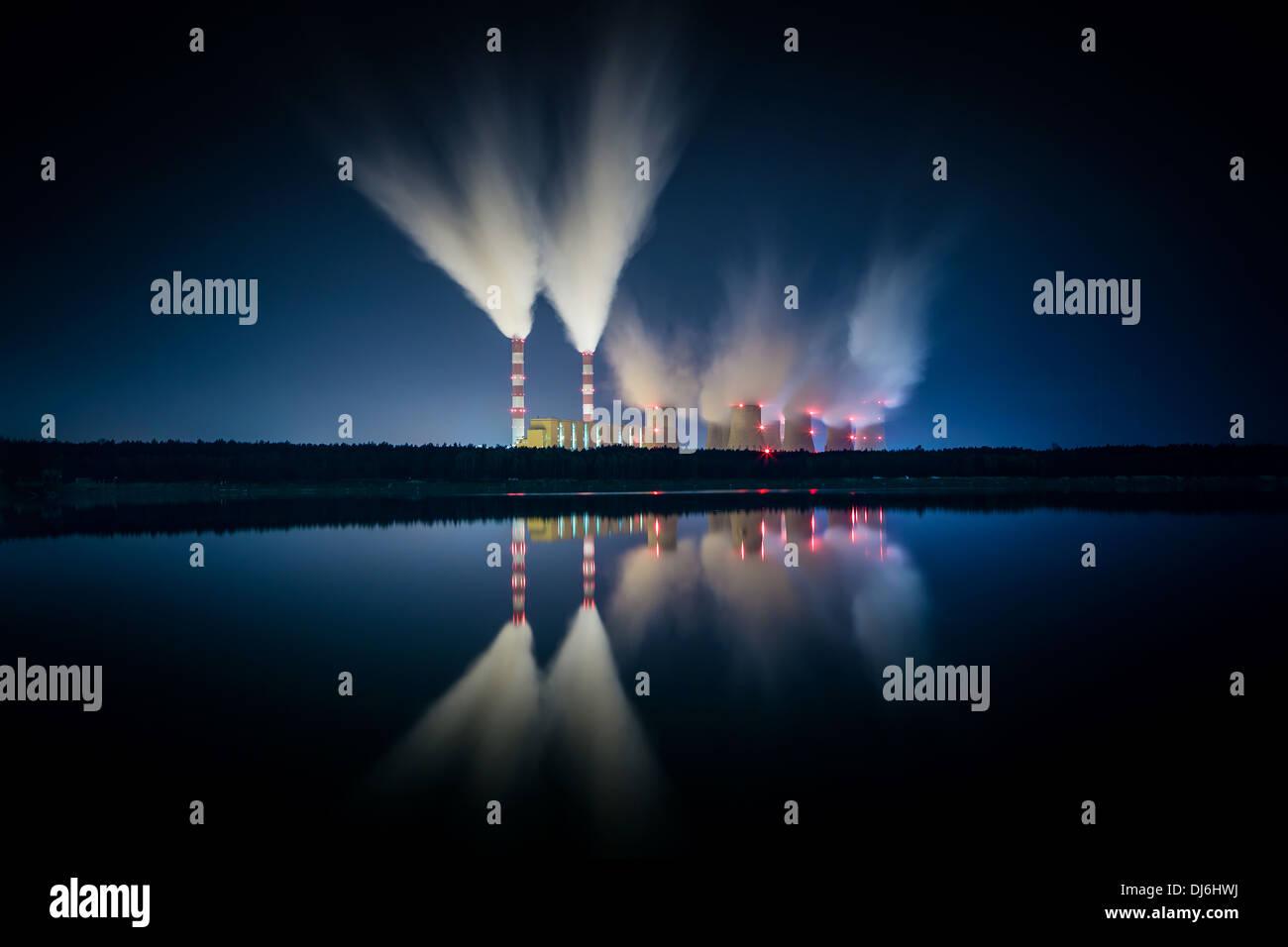 Kohlekraftwerk und Nacht - Belchatow Polen. Stockbild