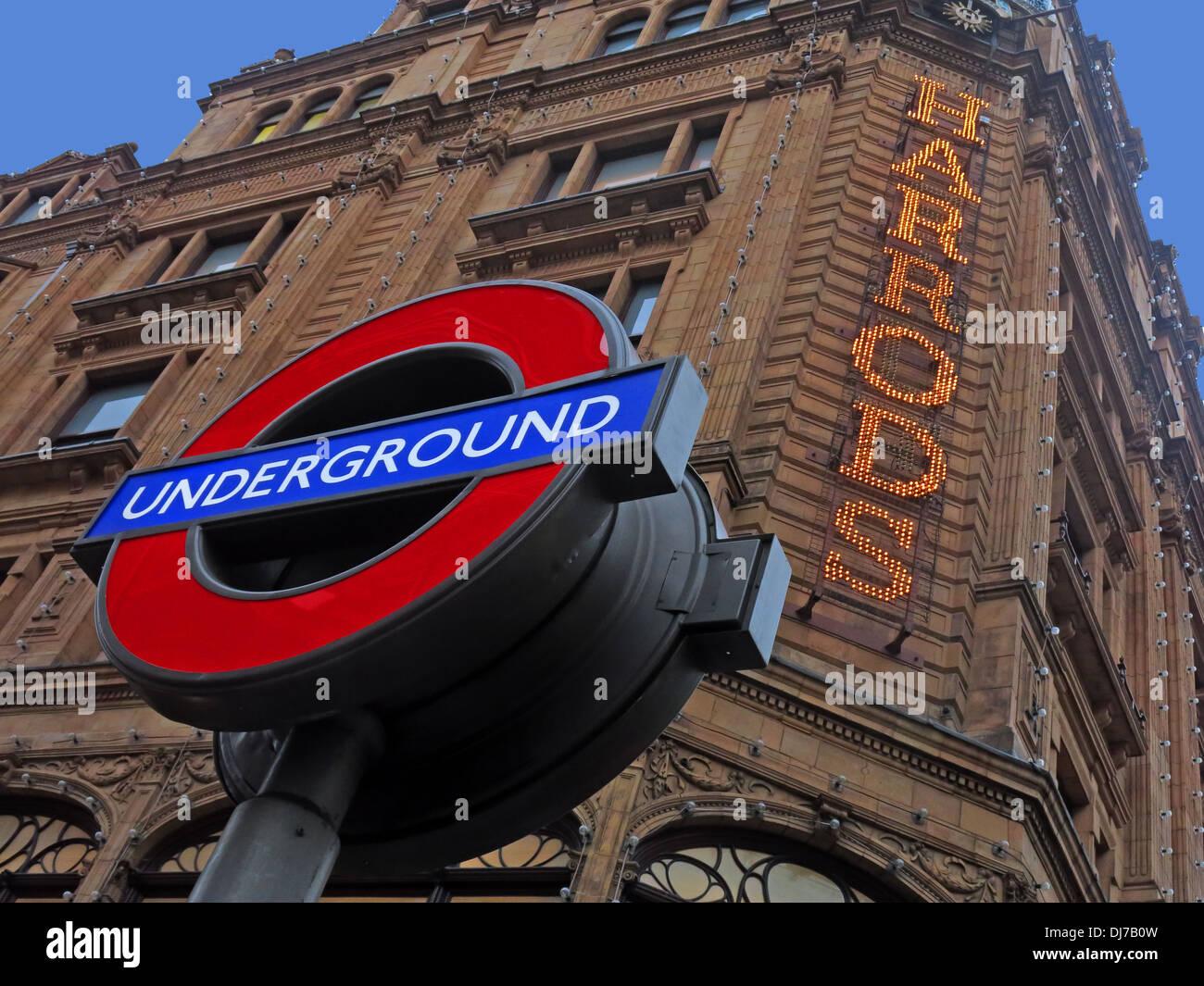 Laden Sie dieses Alamy Stockfoto Londoner U-Bahn Zeichen bei Harrods Knightsbridge Brompton Road, West London, England, UK in der Abenddämmerung - DJ7B0W