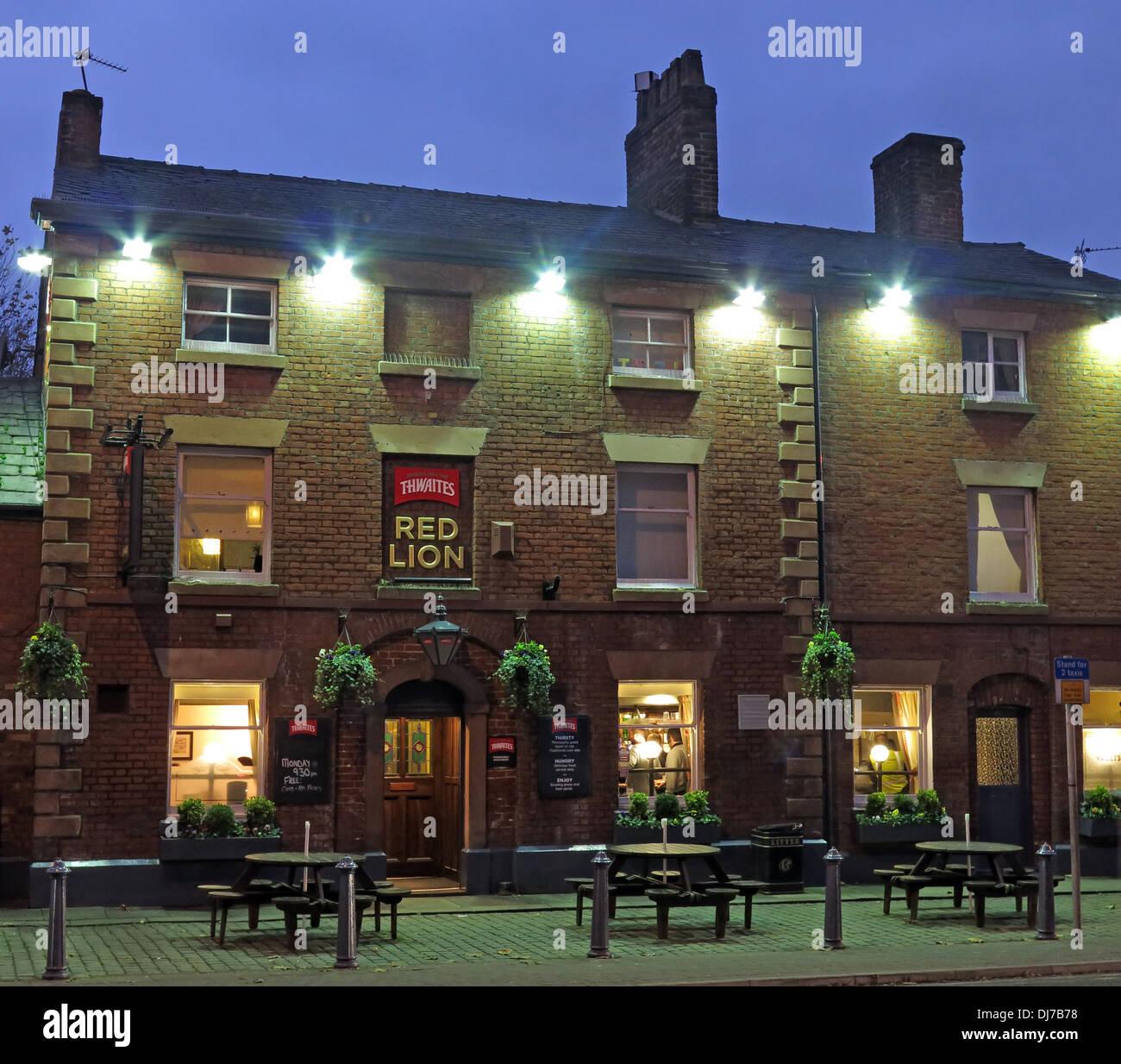 Laden Sie dieses Alamy Stockfoto Thwaites traditionelle Red Lion englischen Pub in Stockton Heide Warrington Cheshire, England, UK in der Abenddämmerung - DJ7B78