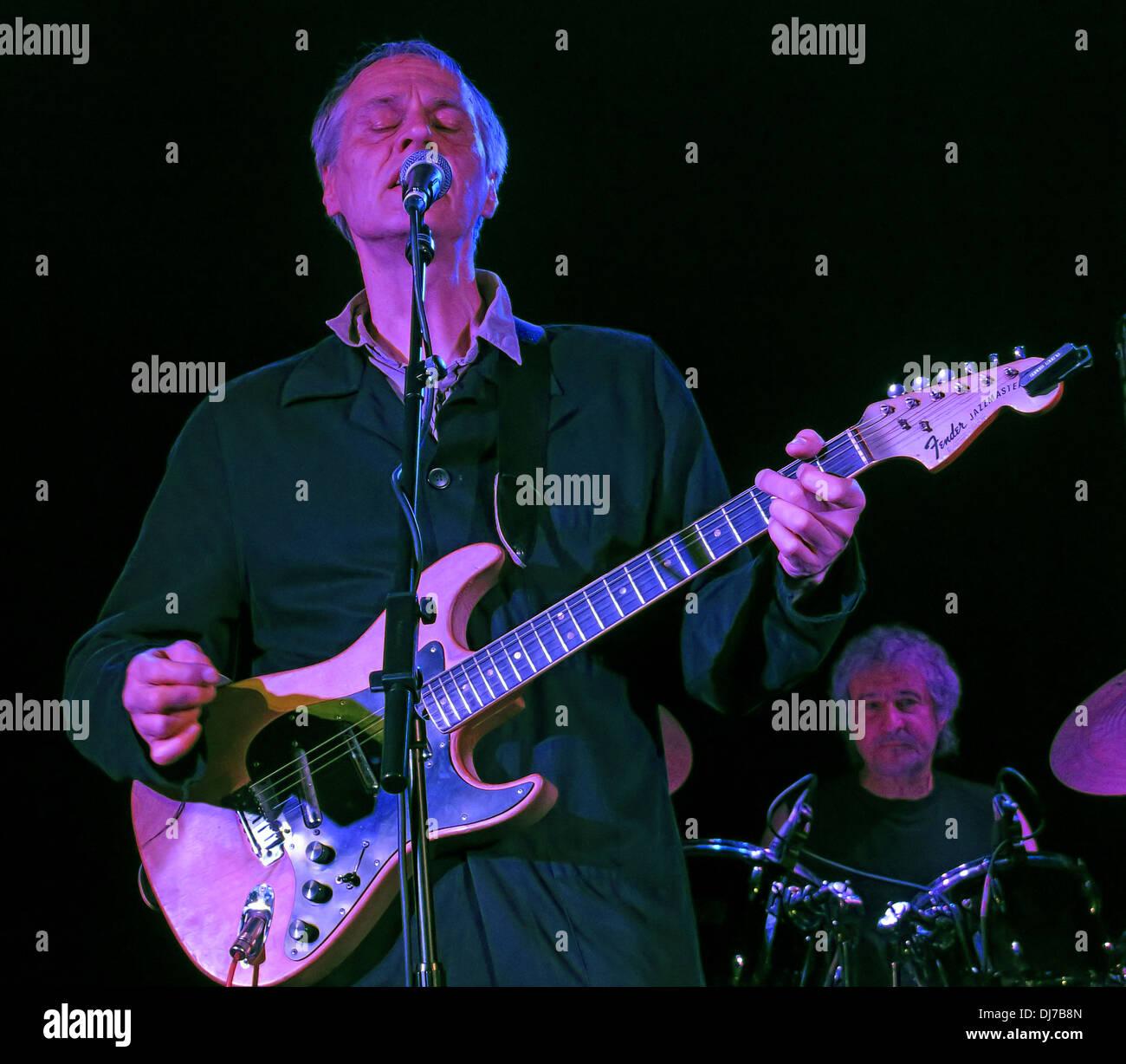 Laden Sie dieses Alamy Stockfoto New Yorker Fernsehen, live an der Manchester Academy 17. November 2013 - Tom Verlaine mit Fender Jazzmaster Gitarren - DJ7B8N