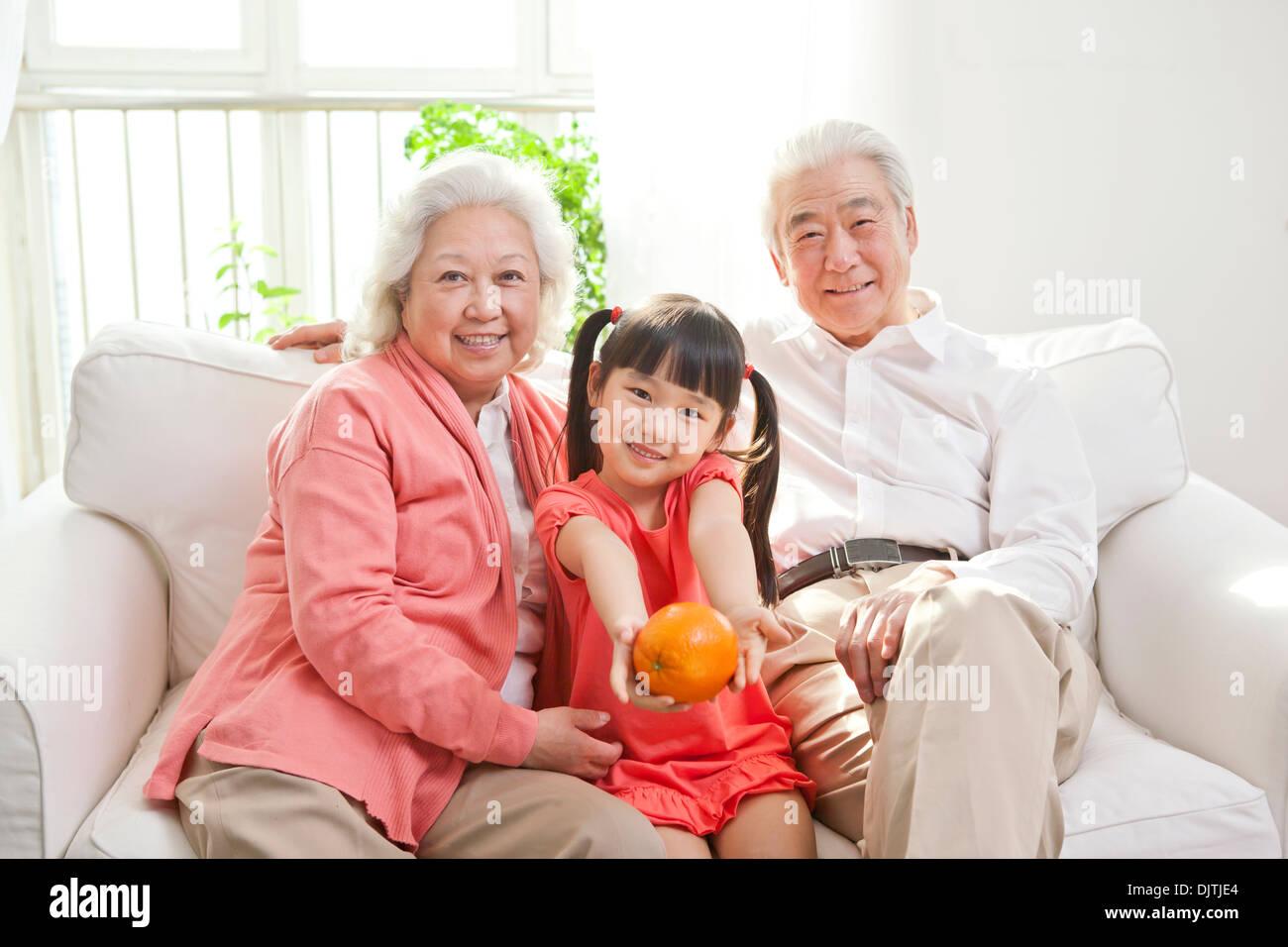 Älteres Paar mit Enkelin Stockbild