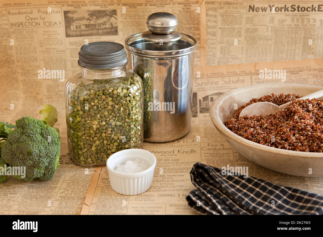 Kochen, Gewürze und Zutaten auf Retro-Zeitung Stockbild