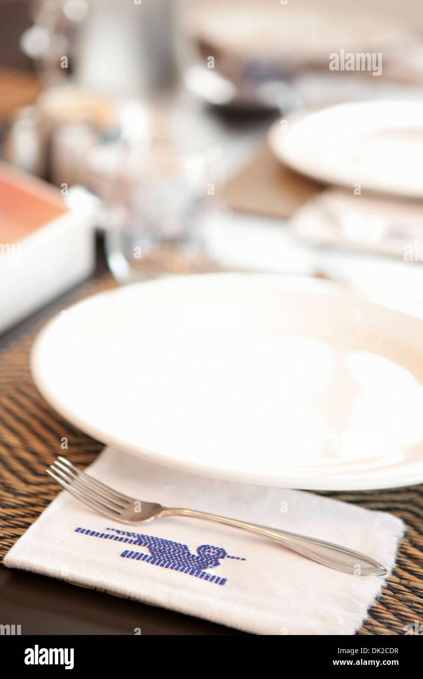 Nahaufnahme von Gedecke und genähte guatemaltekischen Serviette auf Tisch Stockbild