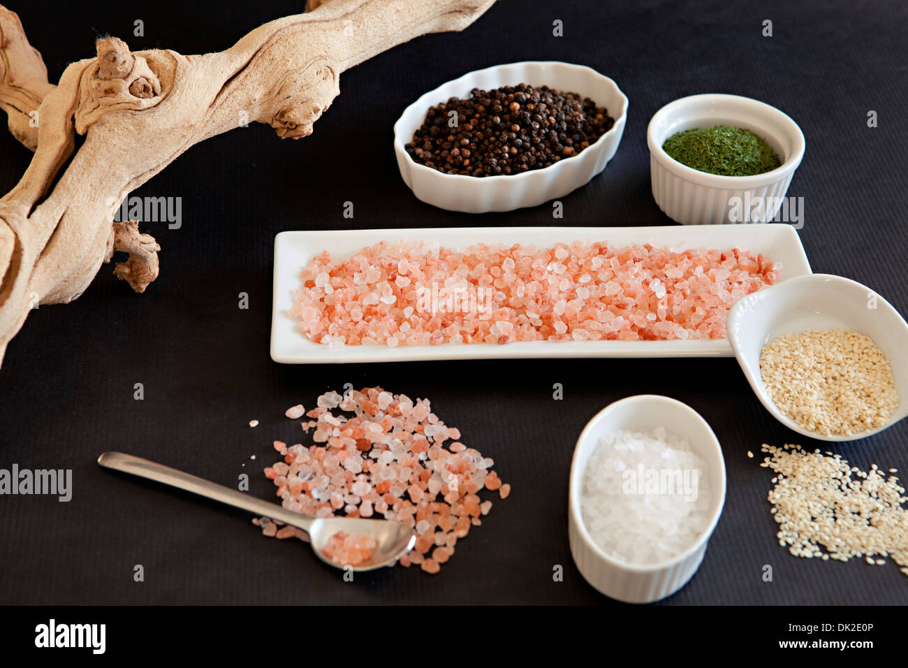Erhöhte Ansicht der Vielzahl von Salz und Gewürzen Zutaten in kleine Schüsseln und Teller Stockbild