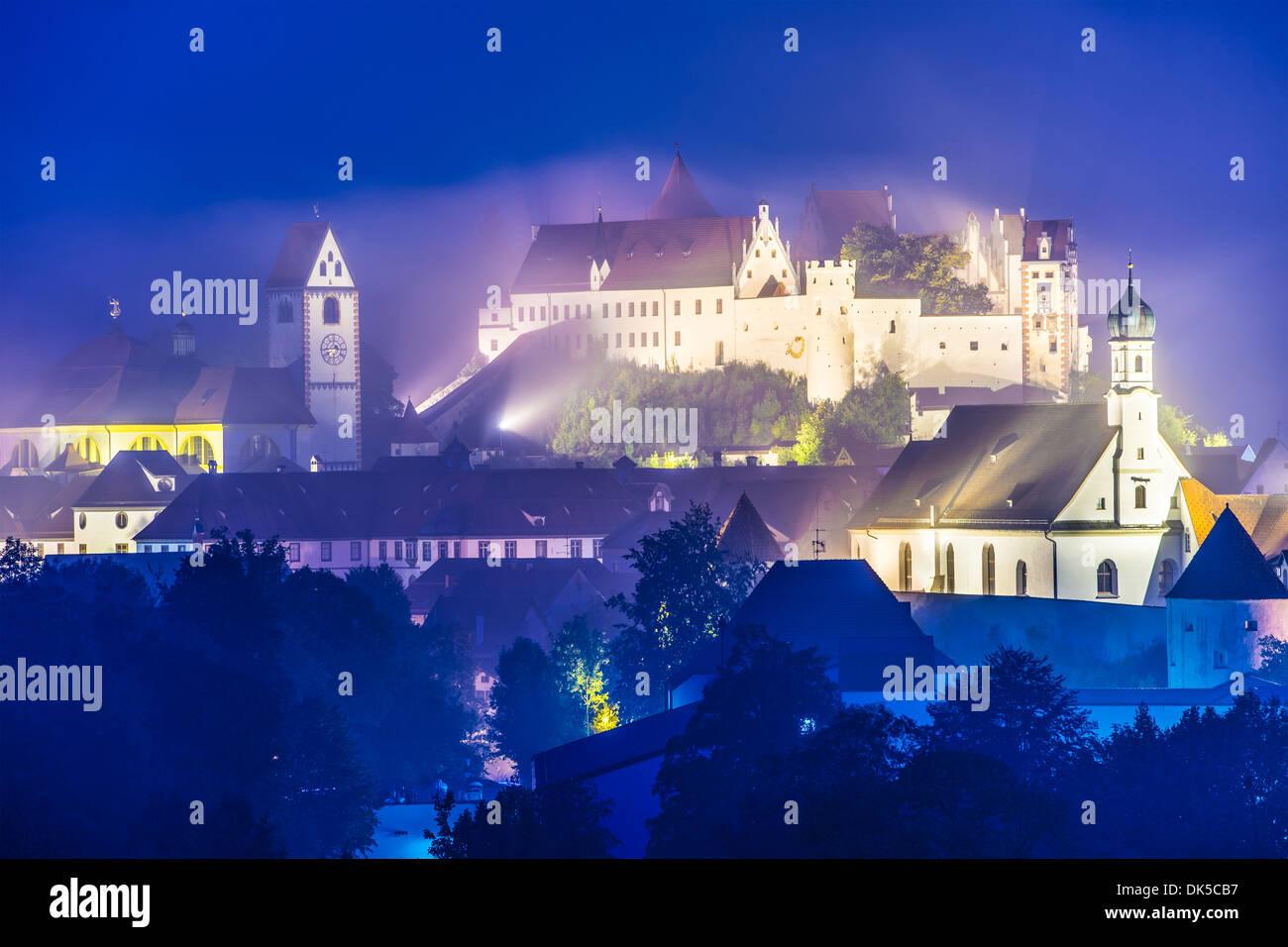 Nebligen Nacht in Füssen, Deutschland. Stockbild