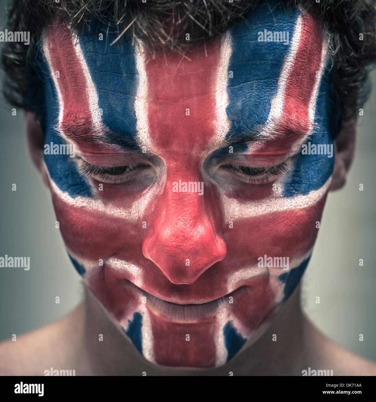 Nahaufnahme von lächelnder Mann mit britischer Flagge gemalt auf Gesicht blickte. Stockbild