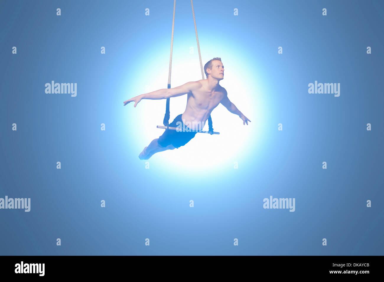 Mann, balancieren auf Trapez Stockbild
