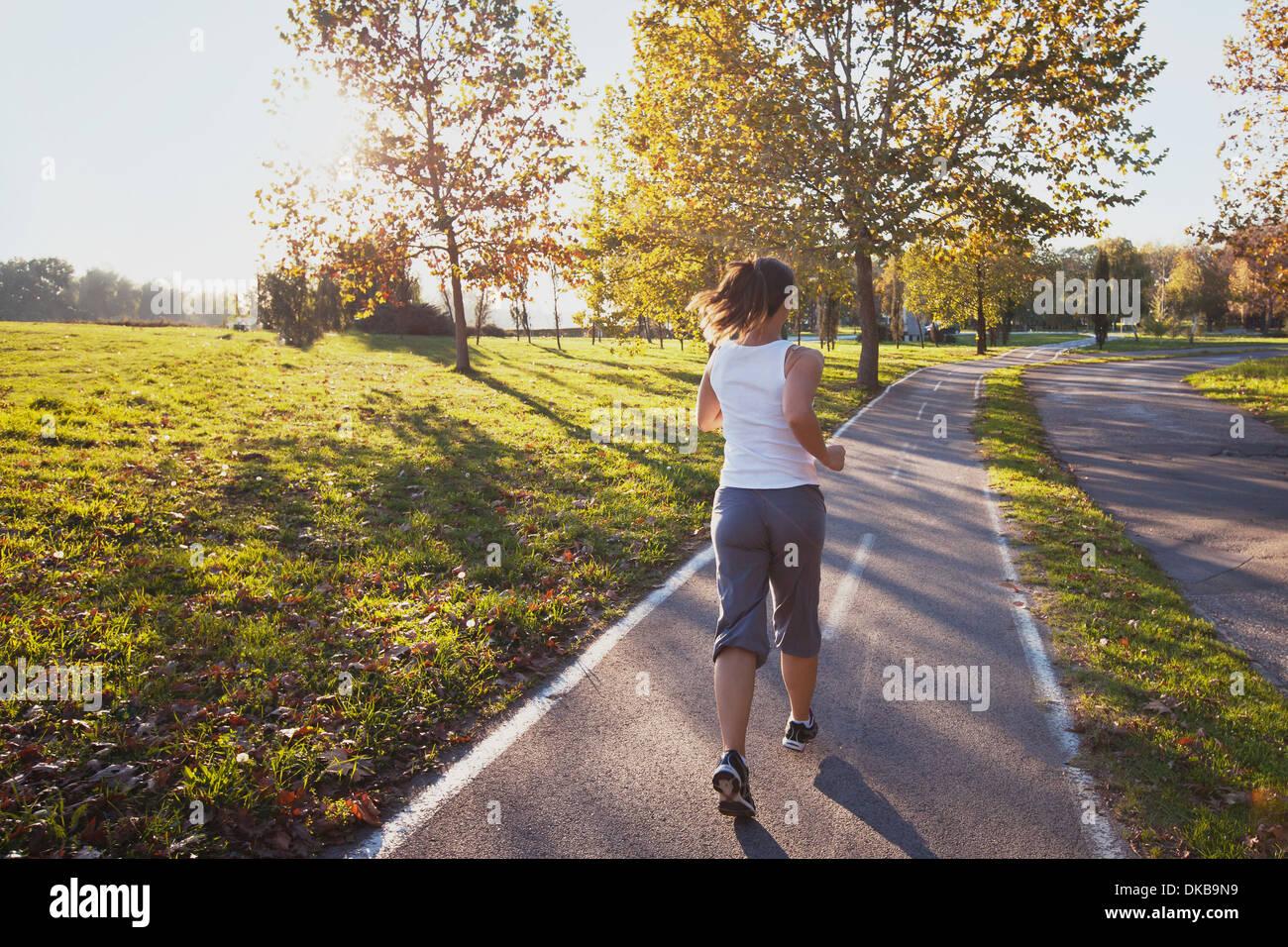 Frau im Park, Fitness Hintergrund läuft Stockbild