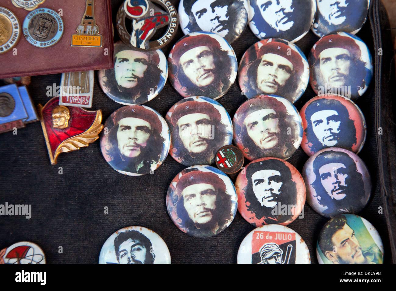 Che Guevara-Abzeichen für Verkauf auf dem Markt, Plaza de Armas entfernt Havanna Cuba Caribbean Stockbild