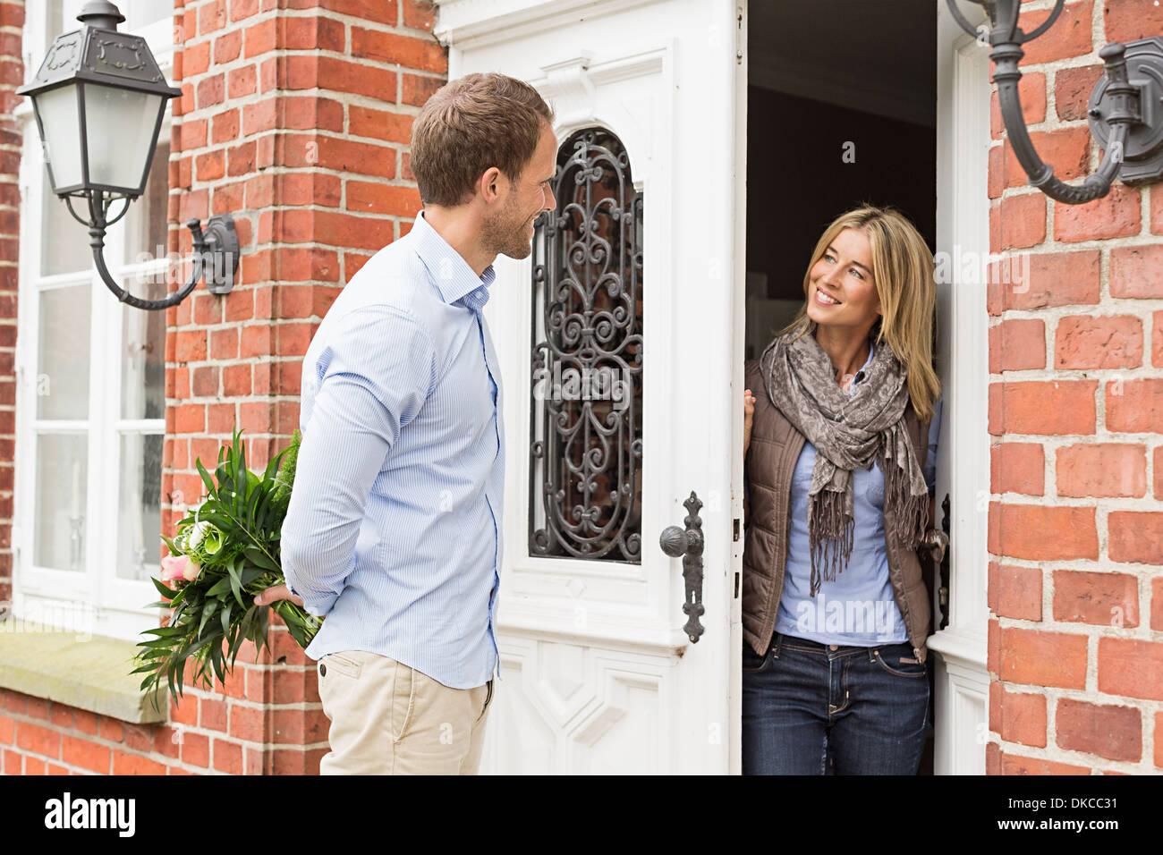 Mitte erwachsenes paar, Frau Eröffnung Haustür Stockbild