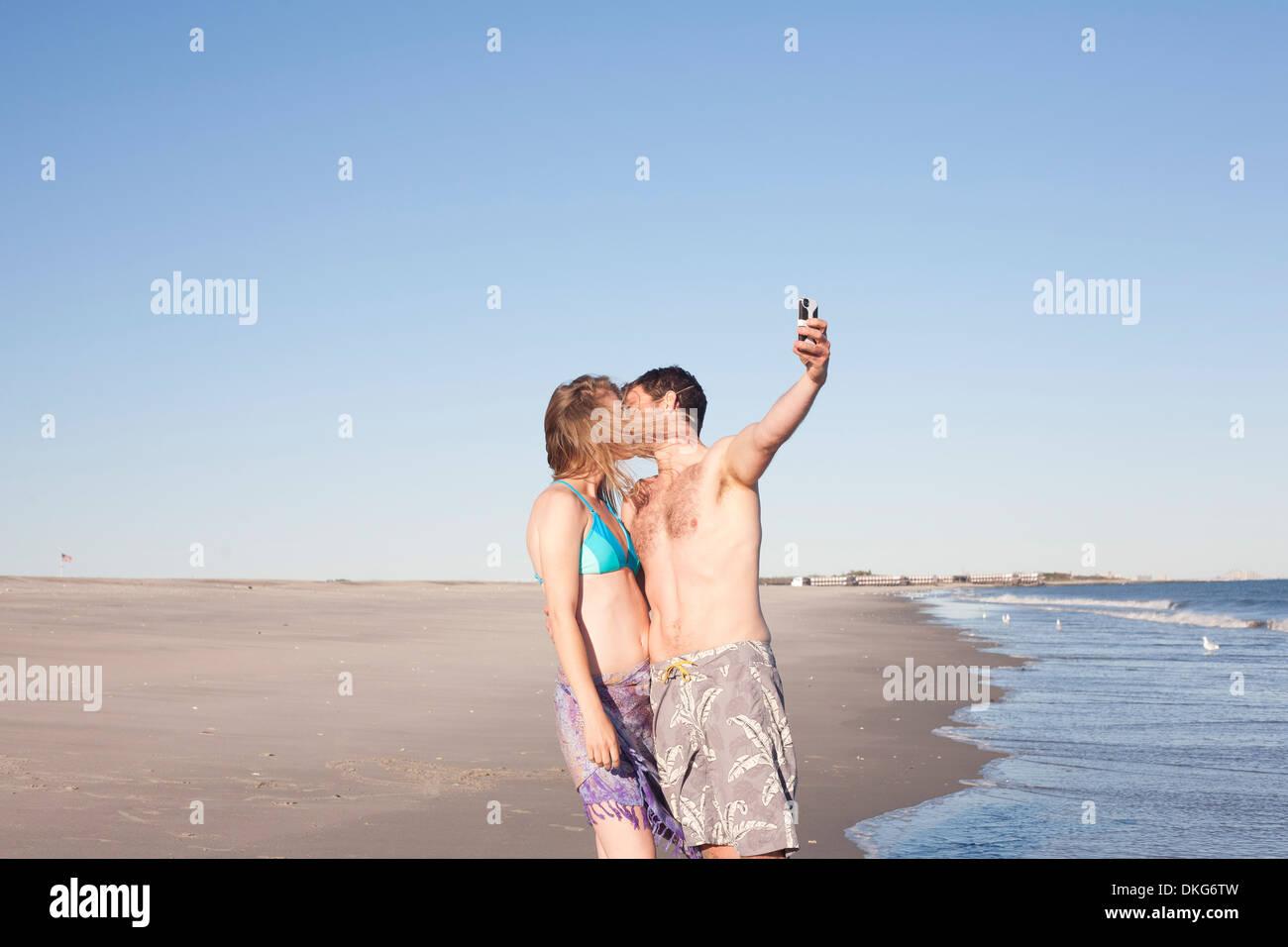 Paar unter Selbstportrait auf Strand, Breezy Point, Queens, New York, USA Stockbild