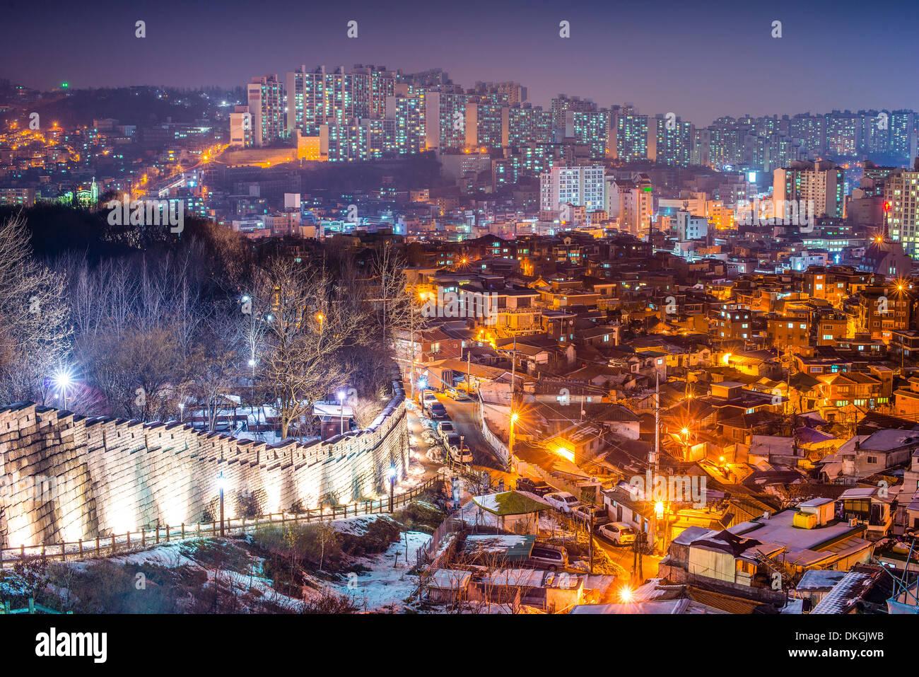Seoul, Südkorea in Naksan Park und der alten Stadtmauer. Stockbild