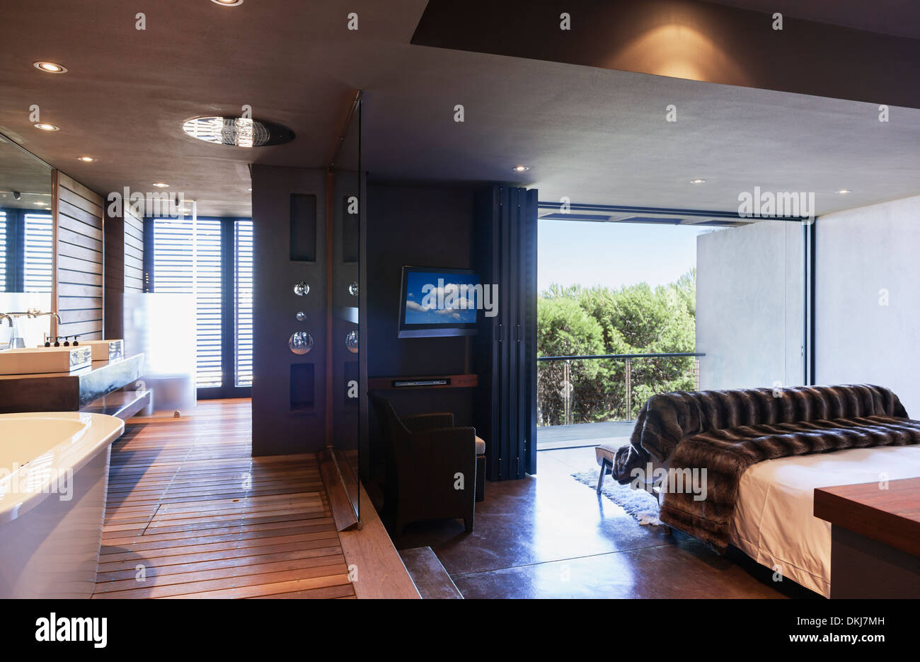Glas Trennwand zwischen Schlafzimmer und Bad Stockbild