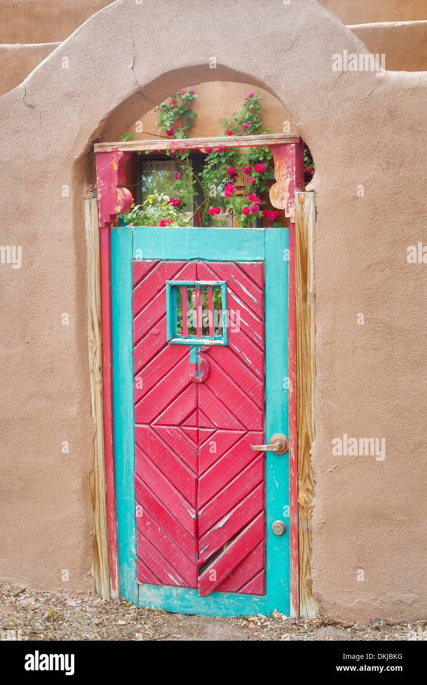 Historischen roten Tür und Adobe-Gebäude in der Nähe von Santa Fe, New Mexico. Stockbild