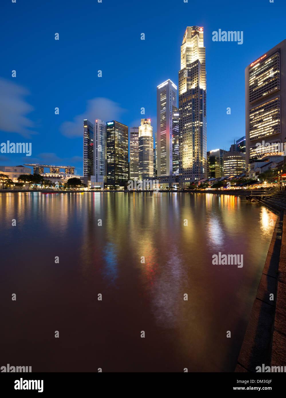 der Central Business District bei Nacht von Boat Quay, Singapur Stockbild