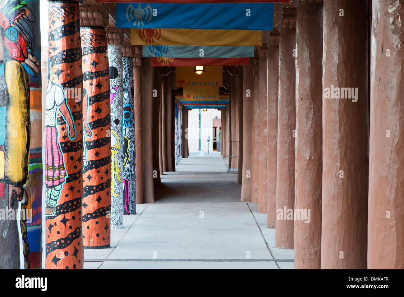 Verzierte Pfosten, Portal des Museum of Contemporary Native Arts, Santa Fe, New Mexico, Vereinigte Staaten Stockbild