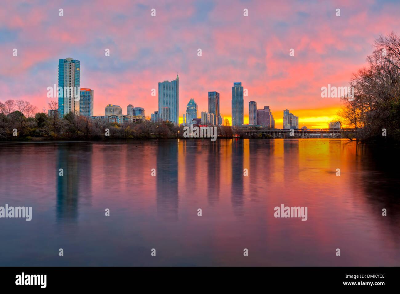 Die Skyline von Austin spiegelt sich in den Gewässern der Lady Bird Lake auf einen Sonnenaufgang am frühen Stockbild