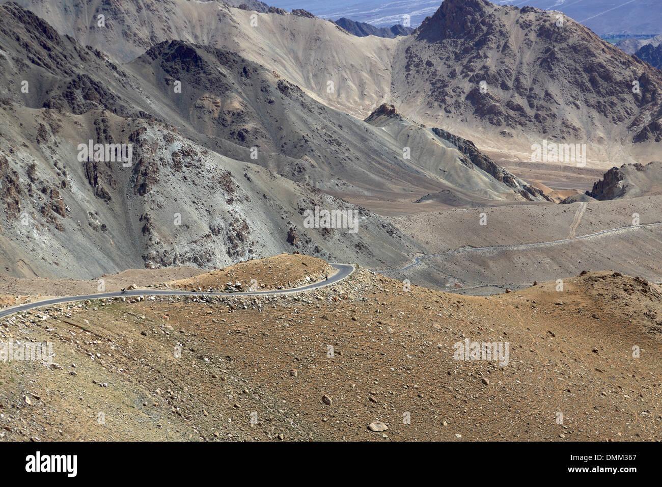 Biker, die hinunter die Kardung La Pas in Ladakh im indischen Himalaya-Gebirge Stockbild