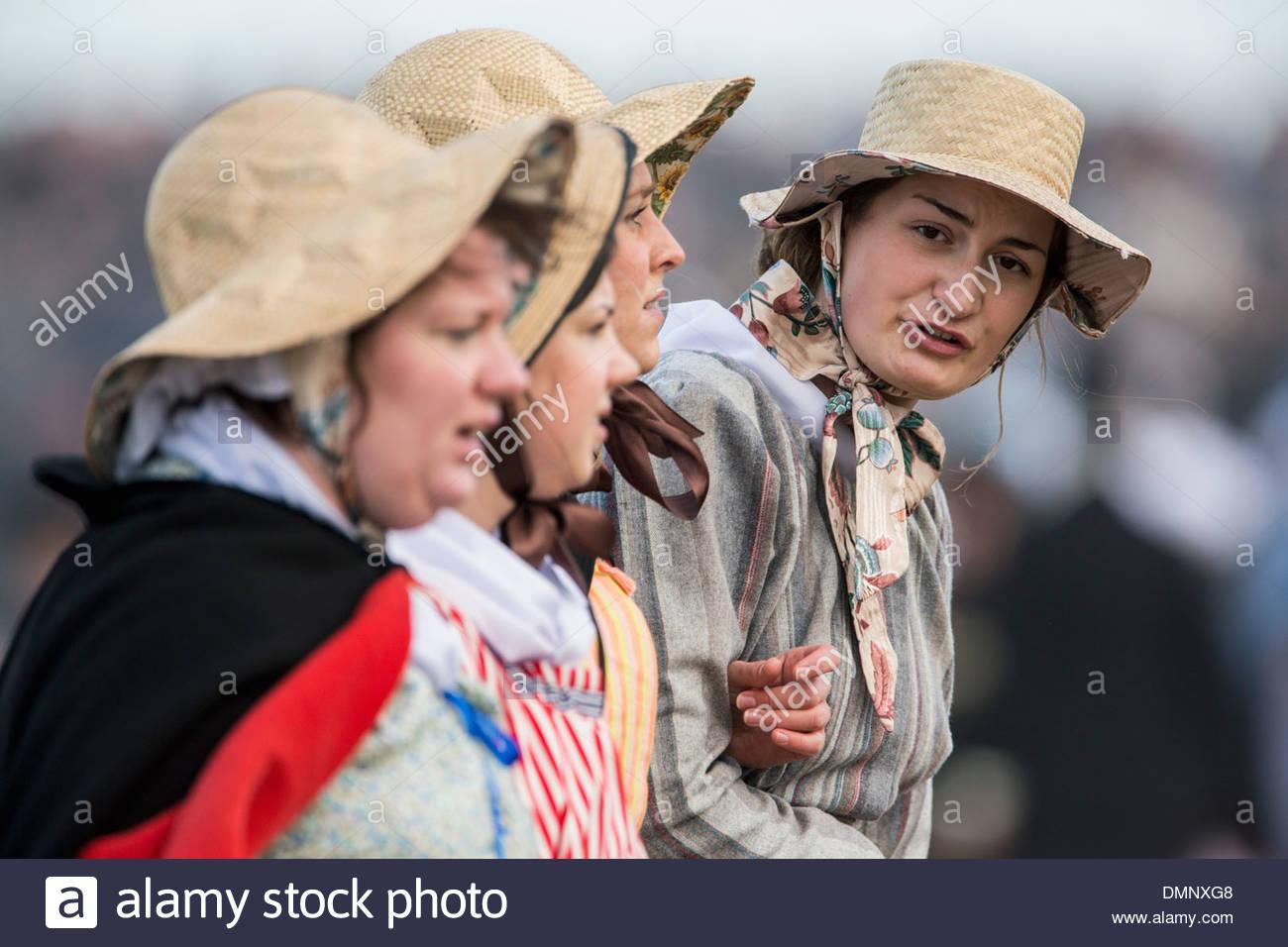 Holland, Scheveningen. Zweihundertjahrfeier. Historischen Landung am Strand von Scheveningen. Fischer und Frauen Stockbild