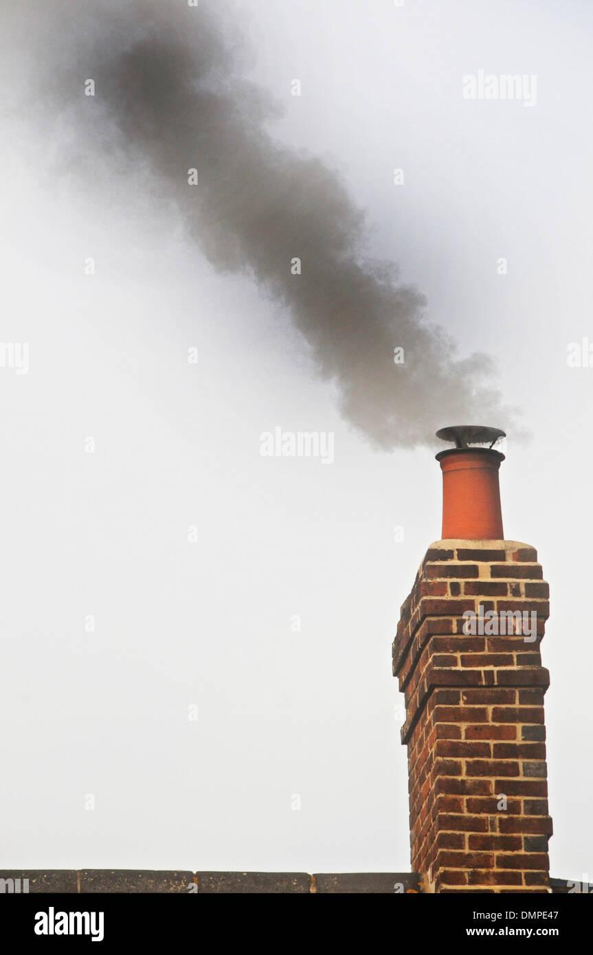 Rauchen-Schornstein - inländische Schornstein Rauchen Stockbild