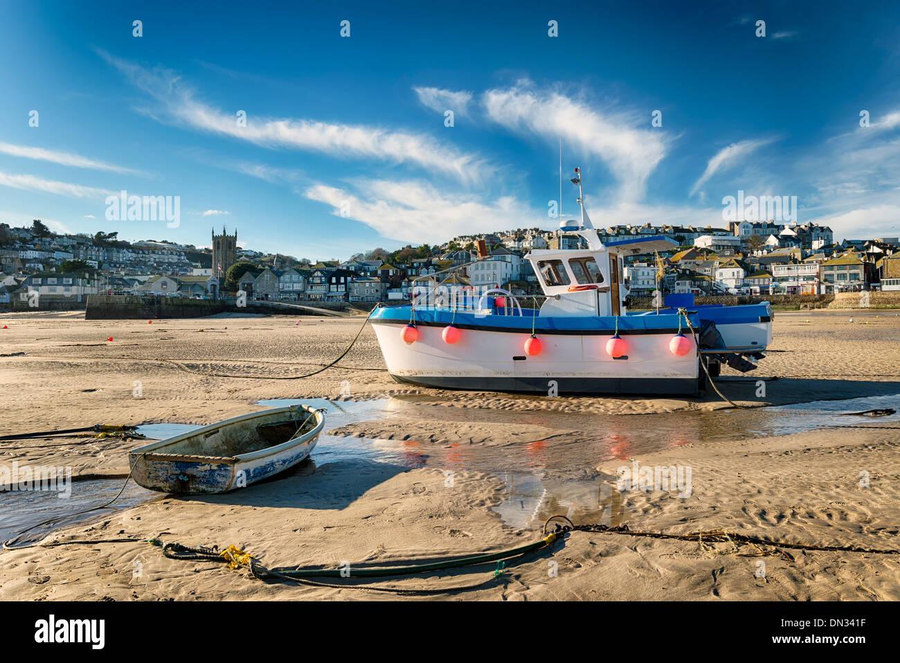 Angelboote/Fischerboote am Strand in St Ives in Cornwall Stockbild