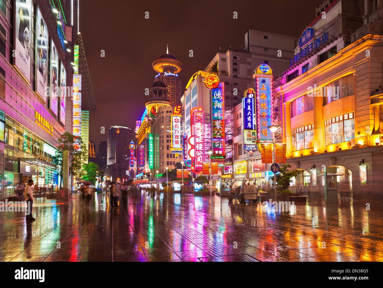 Nachtzeit auf Nanjing Road East, Shanghai City centre, Volksrepublik China, VR China, Asien Stockbild