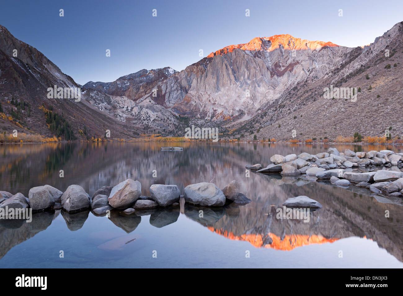 Sonnenaufgang am Convict Lake in der östlichen Sierra Mountains, Kalifornien, USA. Herbst (Oktober) 2013. Stockbild
