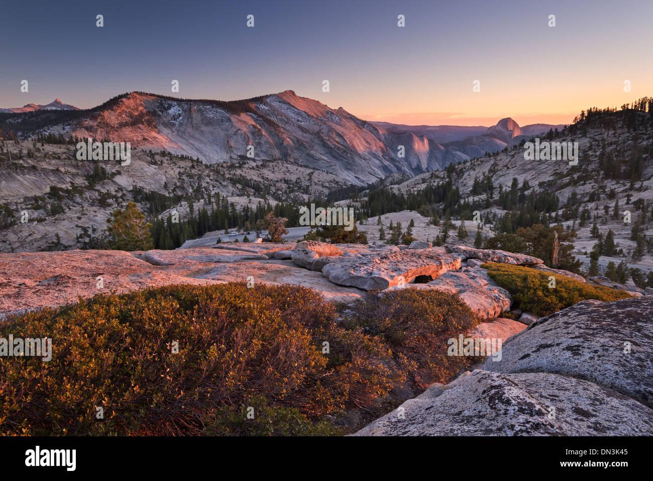 Halbe Kuppel und Clouds Rest Berge von oben Olmstead Punkt, Yosemite-Nationalpark, Kalifornien, USA. Herbst (Oktober) Stockbild