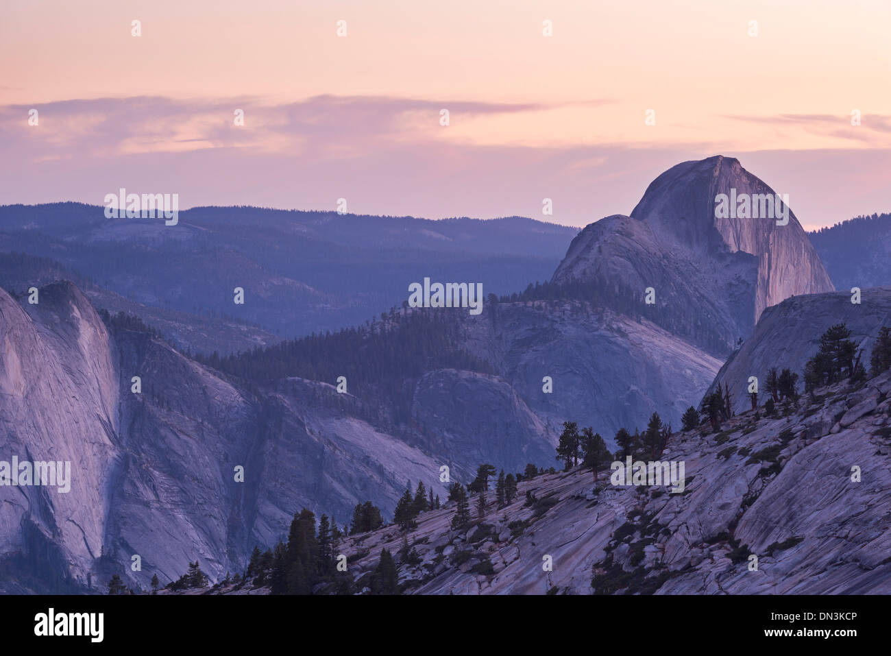 Dämmerung über Half Dome, Yosemite-Nationalpark, Kalifornien, USA. Herbst (Oktober) 2013. Stockbild