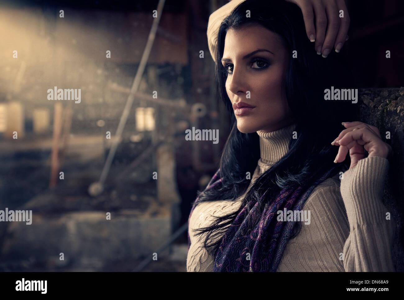 Mode-Porträt der Frau in verlassenen Lagerhaus mit Lichtstrahl Stockbild