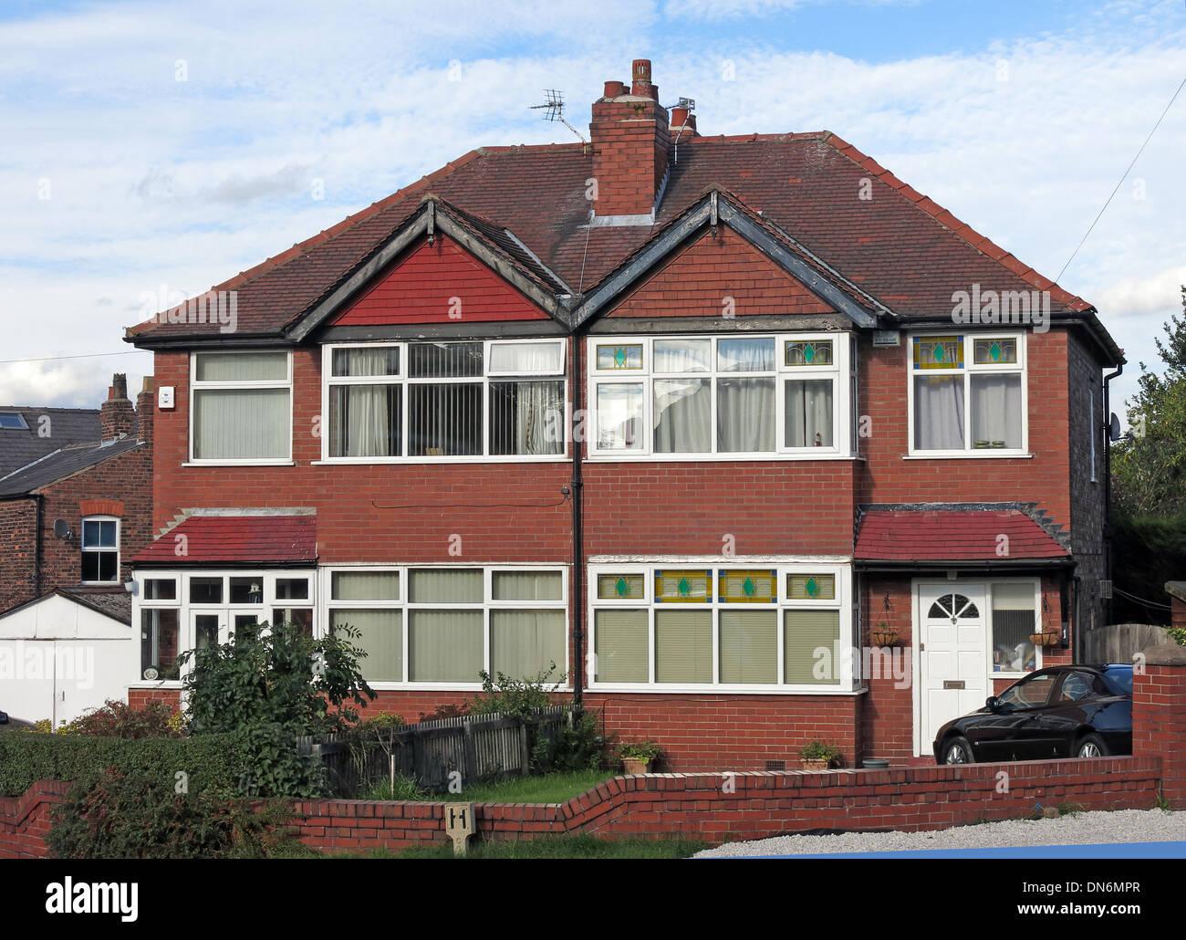 Laden Sie dieses Alamy Stockfoto Typische gemauerte 1930er Jahre englische Doppelhaushälfte mit Dreiecken über Schlafzimmer, vorderen Garten gemeinsamen Schornstein Warrington UK - DN6MPR