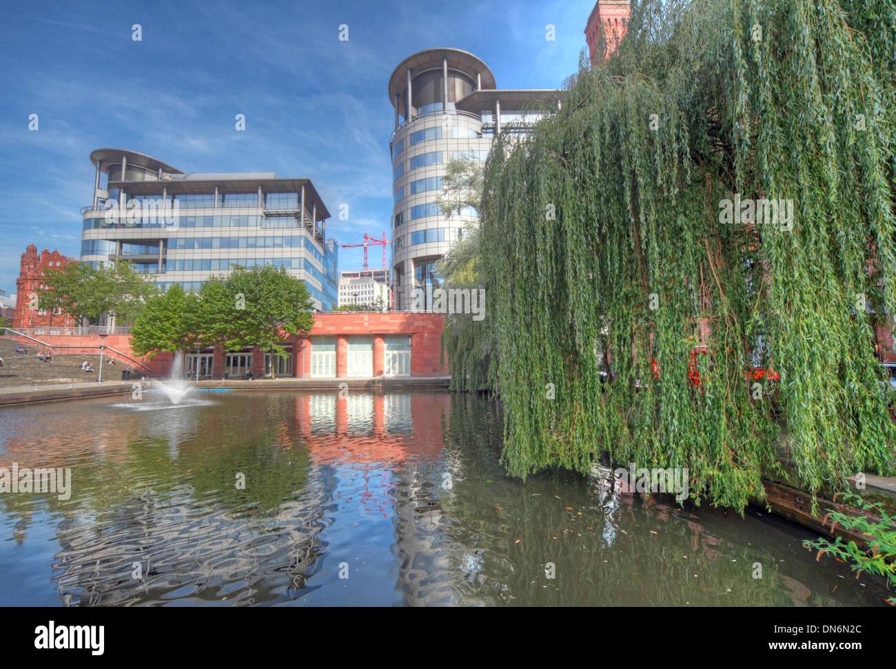 Laden Sie dieses Alamy Stockfoto Weitwinkeleinstellung von Bridgewater Hall & 101 Barbirolli Platz Manchester, England UK mit Kanal-Becken Reflexionen - DN6N2C