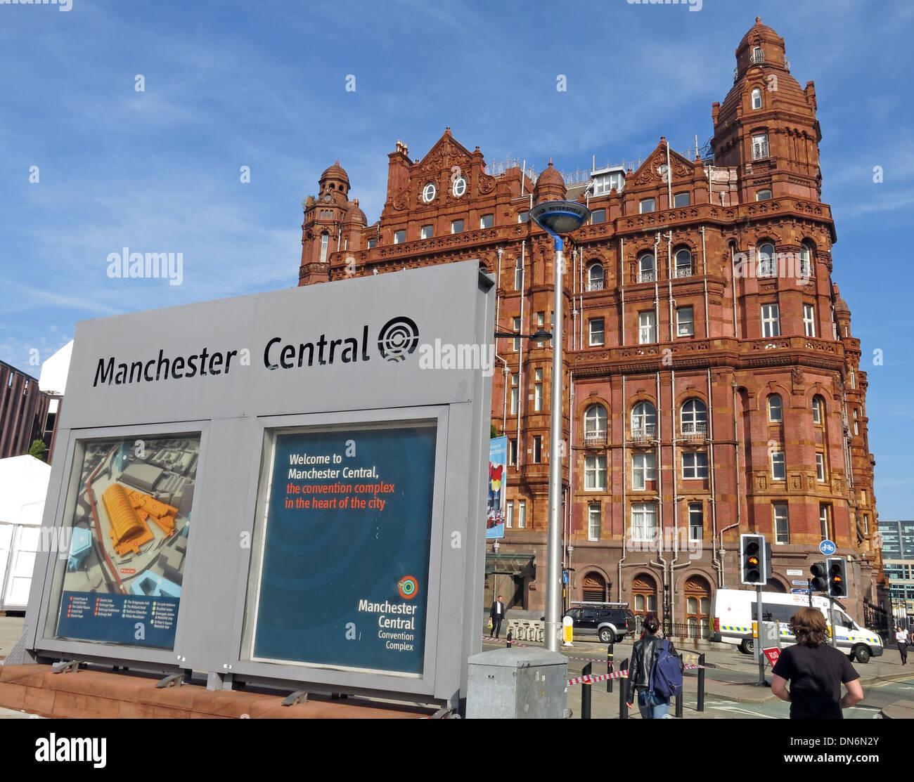 Laden Sie dieses Alamy Stockfoto Midland Hotel Manchester, Fußgänger und Manchester Central Conference Centre zu signieren, England, UK - DN6N2Y
