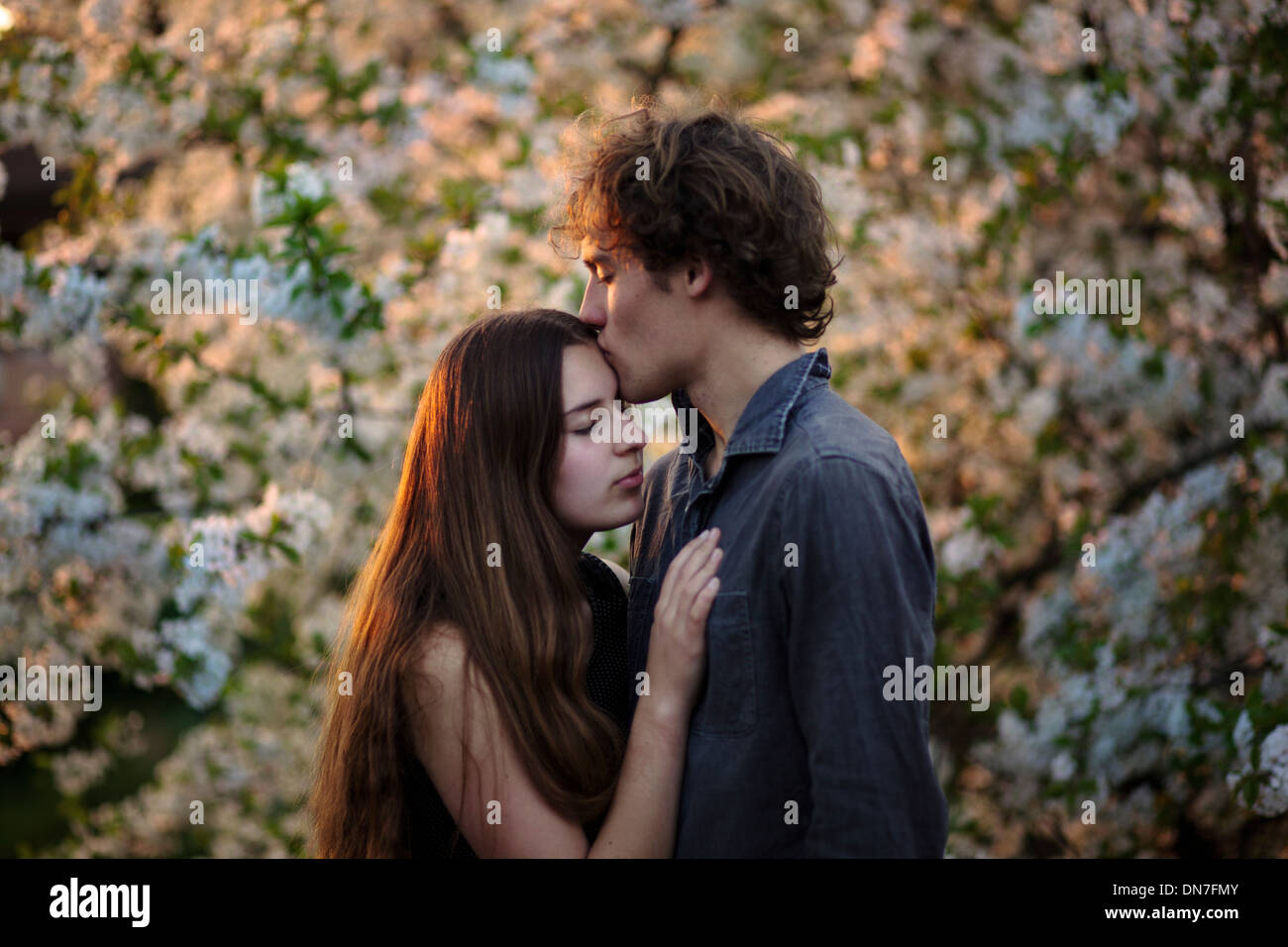 Junges Paar in Liebe küssen mit Augen geschlossen Stockbild