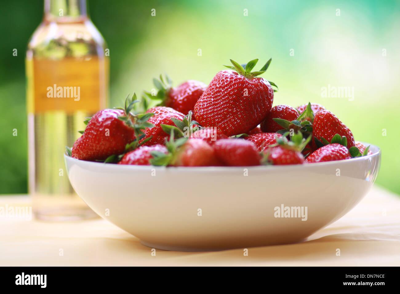 Frische Erdbeeren in einer Schüssel Stockbild