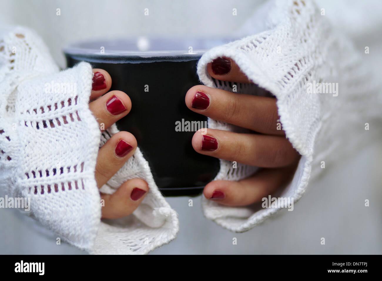 Frau mit lackierten Nägel halten Schale in der hand Stockbild