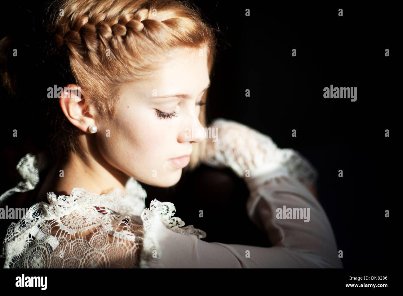 Porträt einer jungen Frau, Licht und Schatten Stockbild