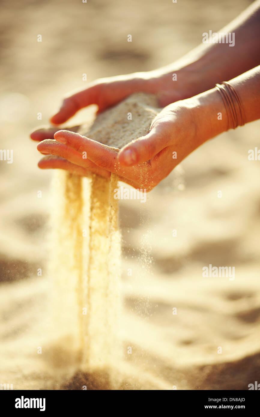 Frau mit Sand in der hand Stockbild